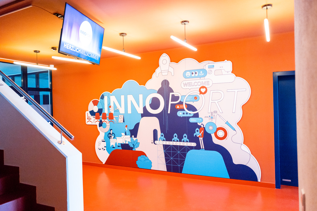 Entrance area at INNOPORT Reutlingen with wall graphic by Axel Pfaender. Photo by Melanie Schneider